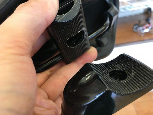 クロスバイクサドル調整方法 サドルの受け部分の上下溝を合わせ角度調整