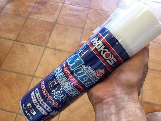 マット塗装自転車の汚れ落しには、ワコーズ・フォーミングマルチクリーナーを手に持つ
