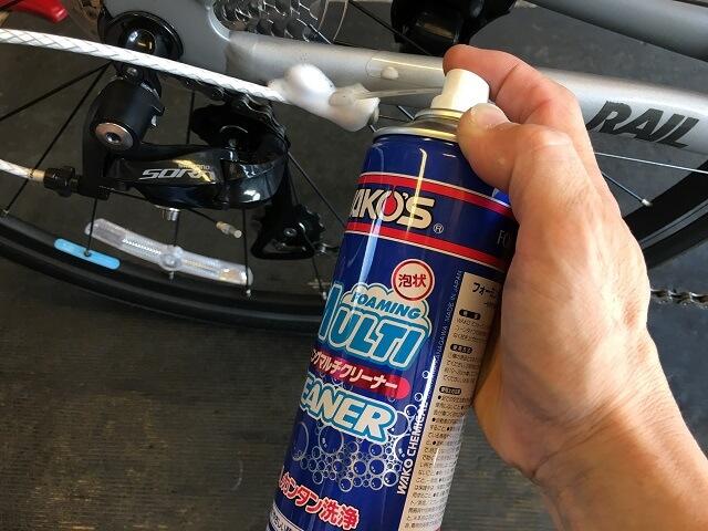 マット塗装自転車のチェーンステーの汚れ箇所にワコーズ・フォーミングマルチクリーナーを吹き付ける