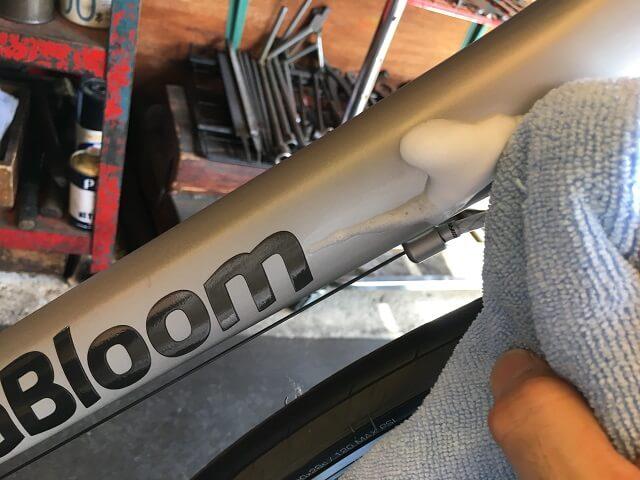 マット塗装自転車のフレーム汚れが泡状で浮いてきたらクロスで拭き取る