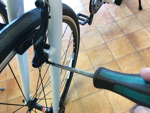 クロスバイクのVブレーキ調整ネジをドライバーで調整