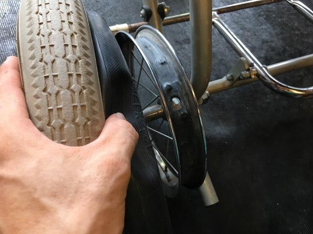 車いすの古いタイヤを取り外す
