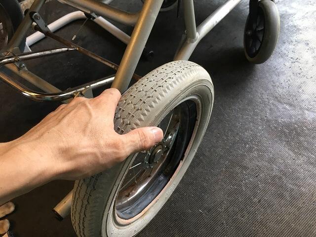 車いす右側も古いタイヤを取り外す