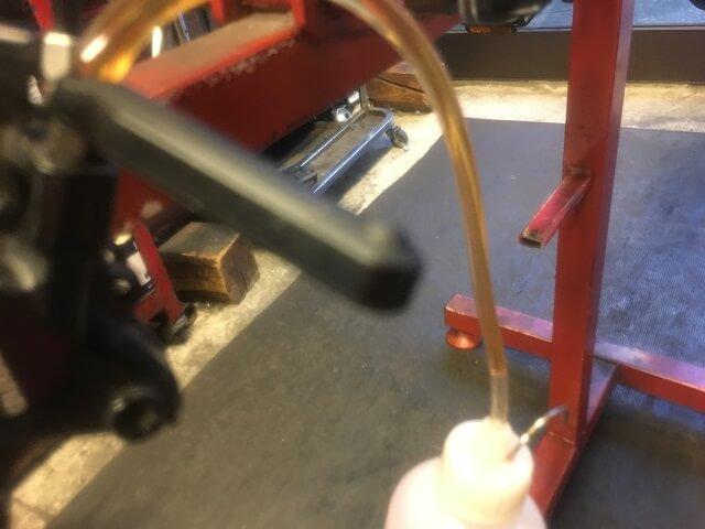 シマノ油圧ディスクブレーキのオイル交換 古いオイルが排出される。