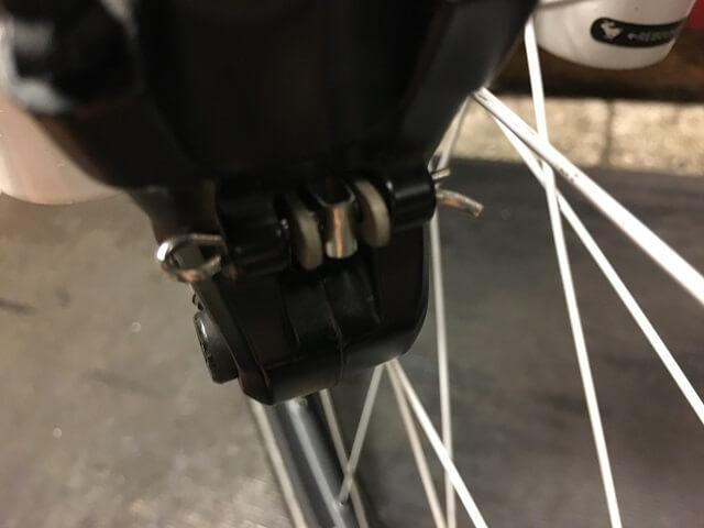 ブレーキパッド取付用割ピンの先端を曲げる