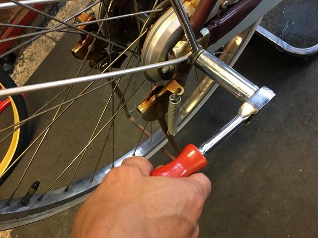 後輪のハブ軸ナットを緩める
