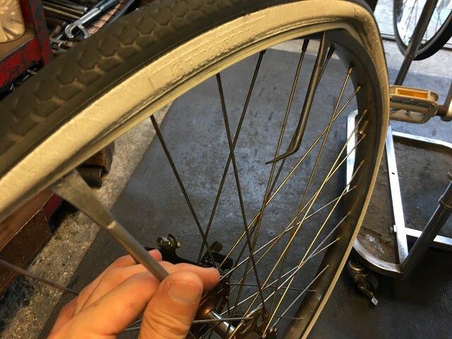 後輪古いタイヤをタイヤレバーでとる外す