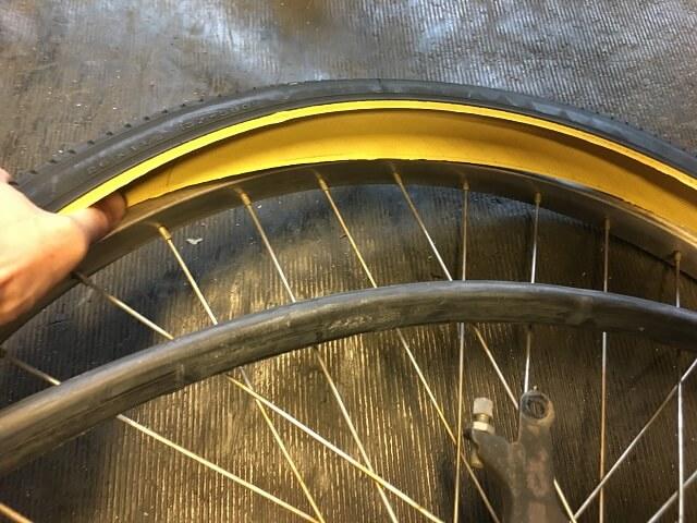 後輪に片側のタイヤをリムにはめ込む
