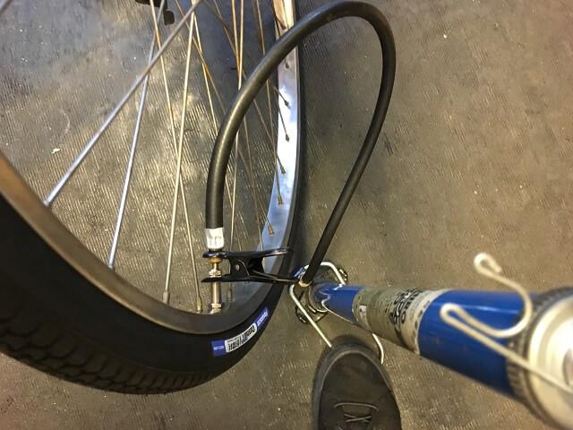 後輪タイヤチューブに空気を入れる