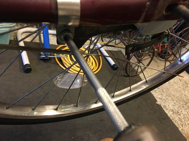 後輪タイヤ交換 後輪ブレーキ本体を車体取付バンドに仮止めする