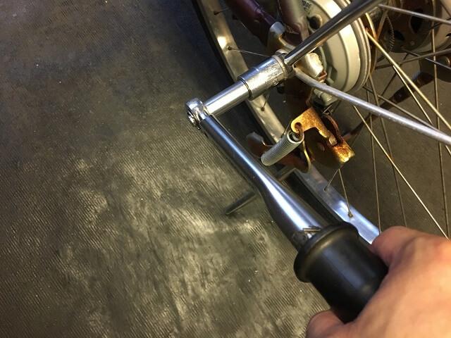 後輪タイヤ交換 後輪ハブ軸ナットをトルクレンチ工具で確認