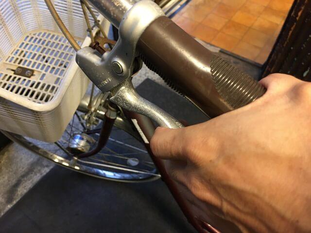 後輪タイヤ交換 後輪ブレーキレバーを握り効き具合を確認