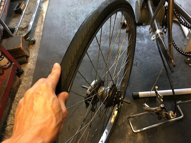内装3段強化ハブの後輪タイヤを車体から取り外す