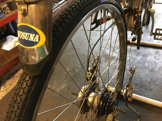 電動アシスト自転車内装3段強化ハブ仕様後輪タイヤを組付け取付作業に入る