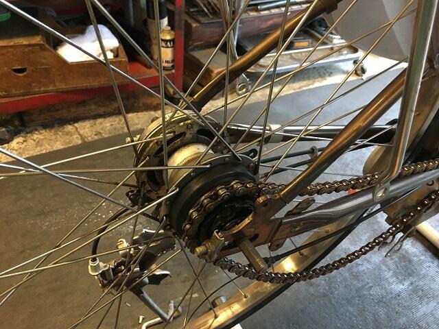 電動アシスト自転車内装3段強化ハブ仕様チェーンをかける