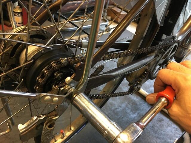 内装3段強化ハブのハブナットをレンチ工具で締める