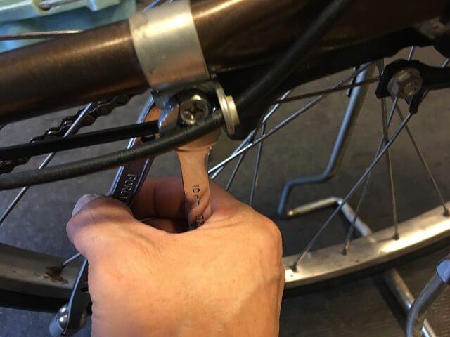 内装3段強化ハブ仕様のローラーブレーキ本体を取り付ける