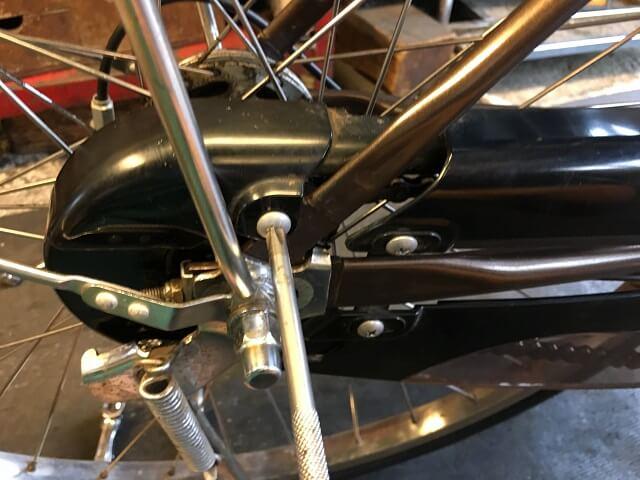 電動アシスト自転車内装3段強化ハブ仕様のチェーンケースのネジ締める