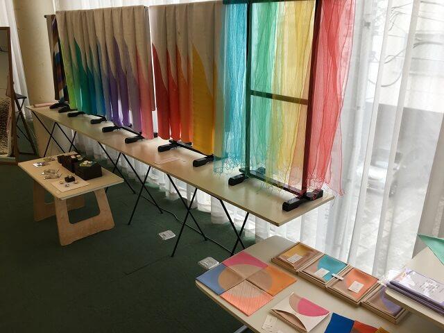 玉村先生の色鮮やかな染色作品の数々