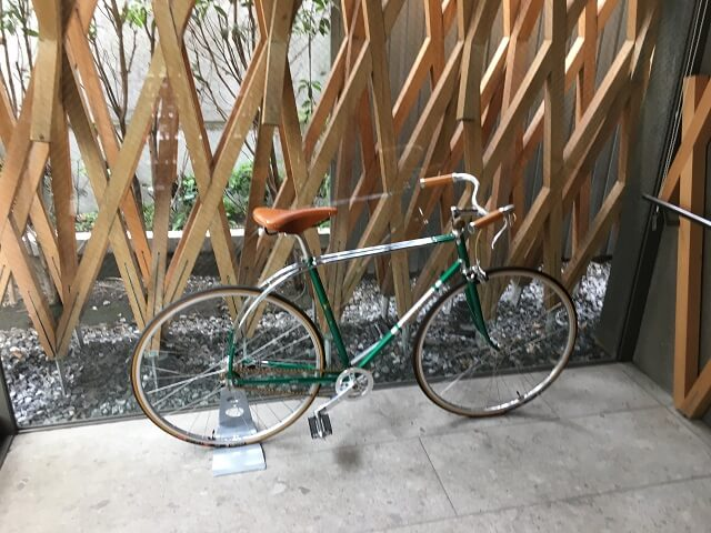 サニーヒルズ南青山の自転車ディスプレイ