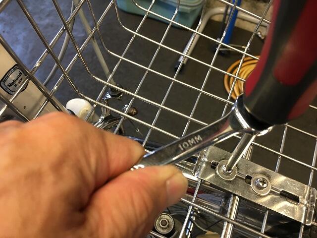 貫通型プラスドライバーとレンチ工具で硬いネジを緩める