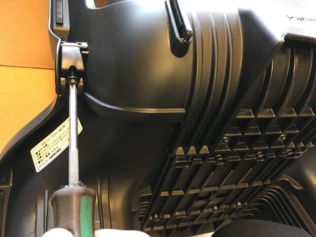 NCD402Sの背もたれサイド部をプラスドライバーで締め付け固定