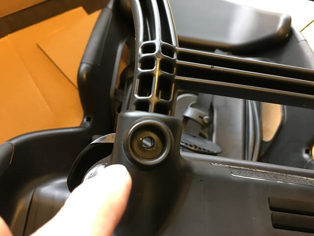 NCD402S本体と取っ手取り付け穴の位置を合わせる