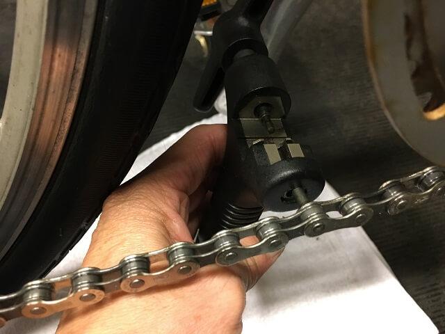 コネクティングピンの先端誘導部分を折り切る