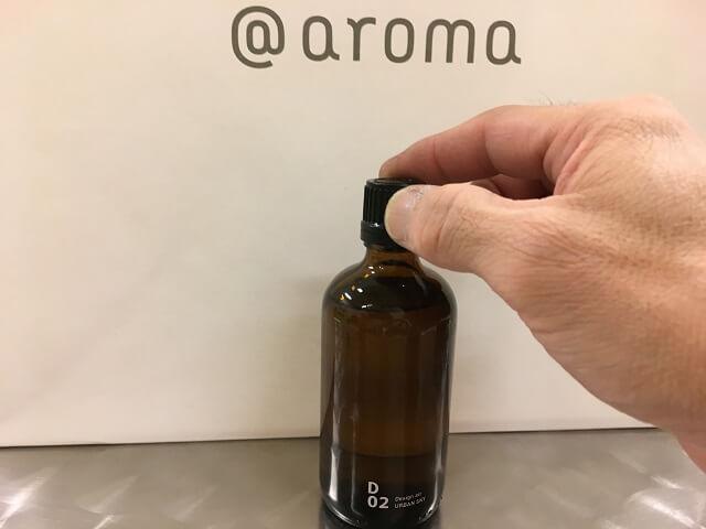 アットアロのボトルキャップを開ける