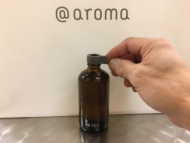 アットアロマのボトルにレザーを被せる