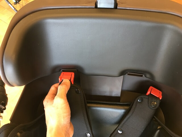 シートベルトクリップを挿入口に入れる