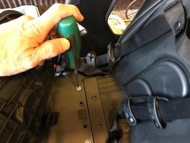 リヤチャイルドシートをプラスドライバーでネジを締める