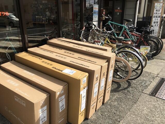 組立待ちの自転車7台分の箱