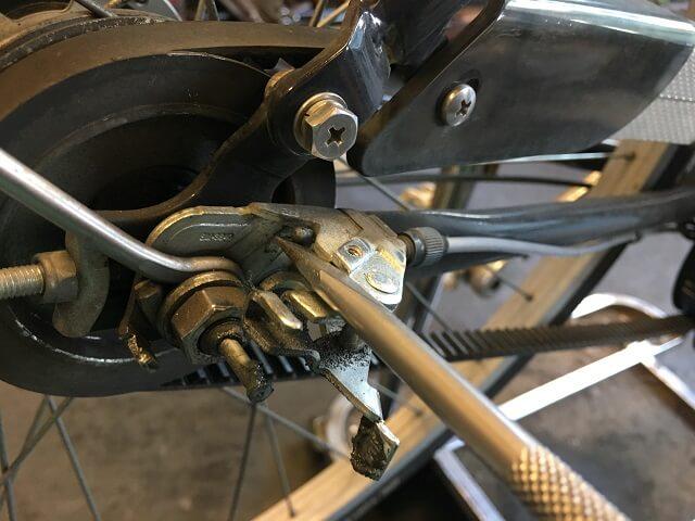 ベルト自転車3段ケーブルをマイナスドライバーを使って外す