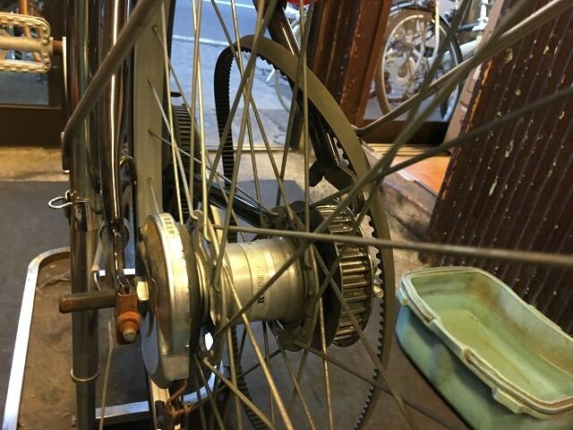 ベルト自転車後車輪を車体にはめる