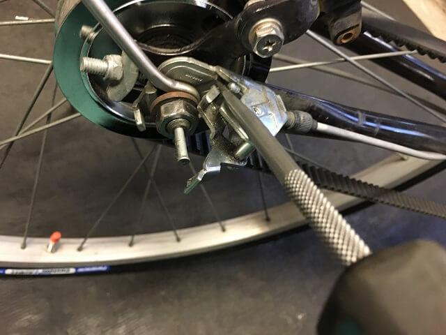 ベルト自転車内装3段用ワイヤーケーブルをマイナスドライバーで金具にはめ込む