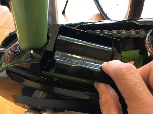 パナソニック電動アシスト自転車端子カバーNAH413を手でバッテリー部に被せていく