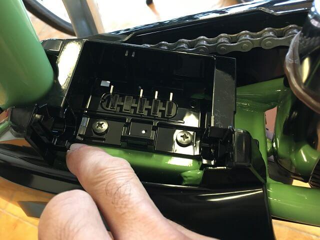 パナソニック電動アシスト自転車バッテリー取付部溝を確認する