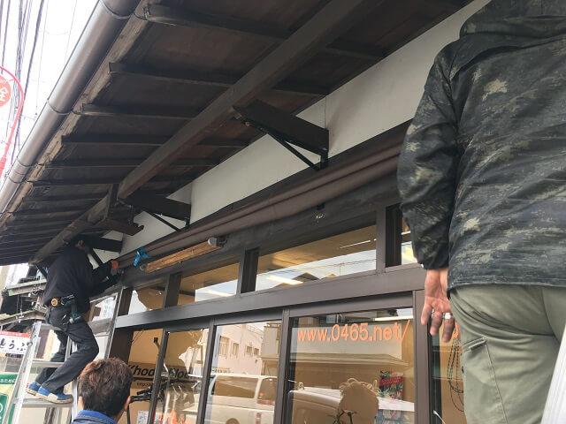 コスナサイクル店舗外に日よけテント設置作業