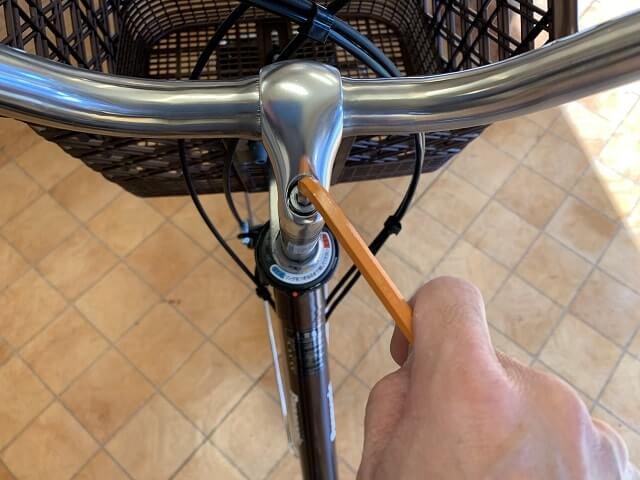 一般自転車ハンドル高さ調整で六角レンチで締める