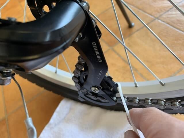 子供自転車注油の前に綿棒で変速機歯車の汚れ落とし