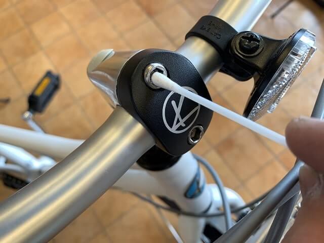 子供用自転車注油箇所 綿棒でネジ穴に潤滑すると錆防止に