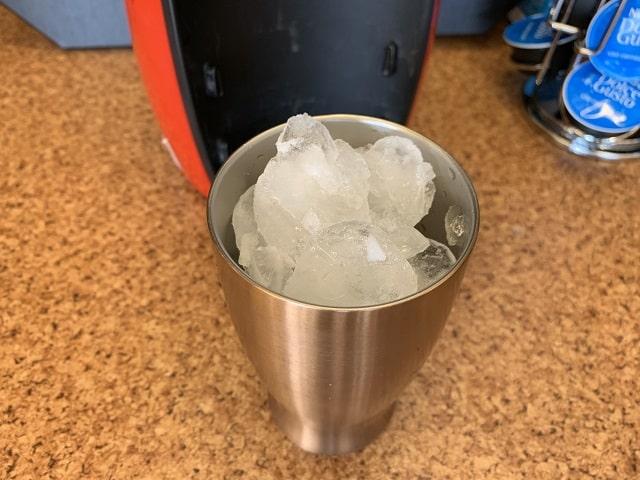 タンブラーに氷を入れドルチャグストアイスコーヒーの準備