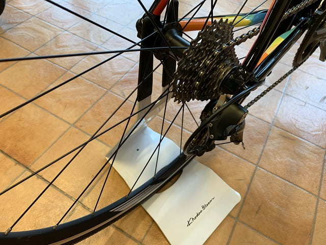 自転車バイクスタンドは後輪側面を挟むだけ