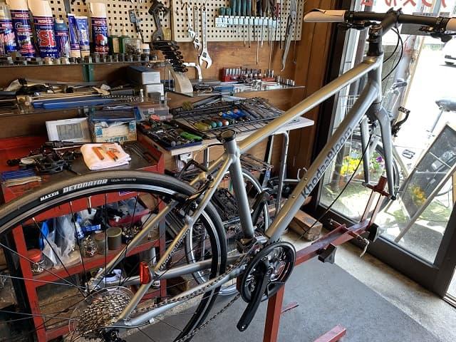 自転車組立作業で作業台にセットする