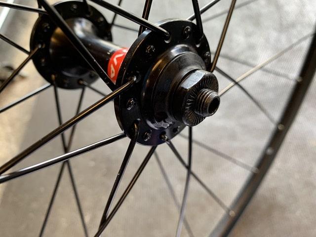 自転車組立作業 ホイールからタイヤを取り外す