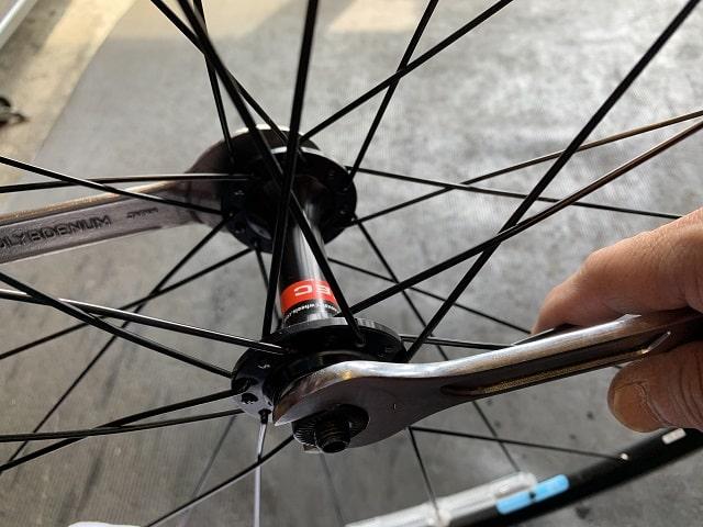 自転車組立作業ハブ軸回転調整