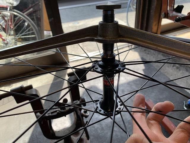 自転車組立作業 前輪ホイールセンター確認