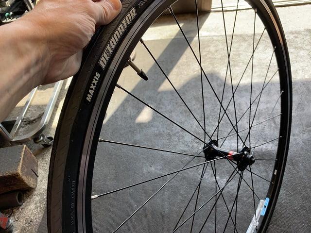 自転車組立作業前輪タイヤ空気圧設定