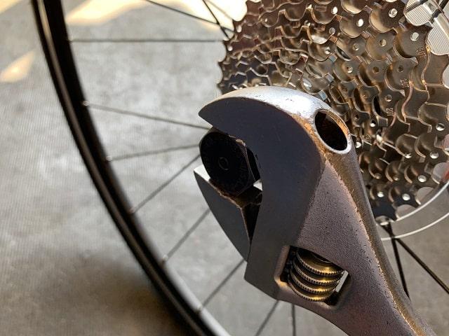 自転車組立作業スプロケット締め付け確認